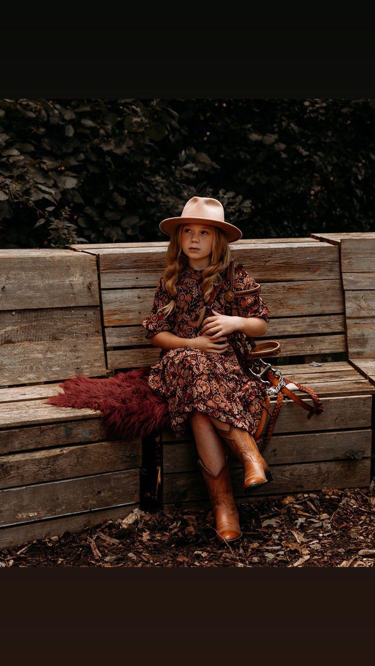 meisje draagt een jurk en cowboylaarzen van Bootstock