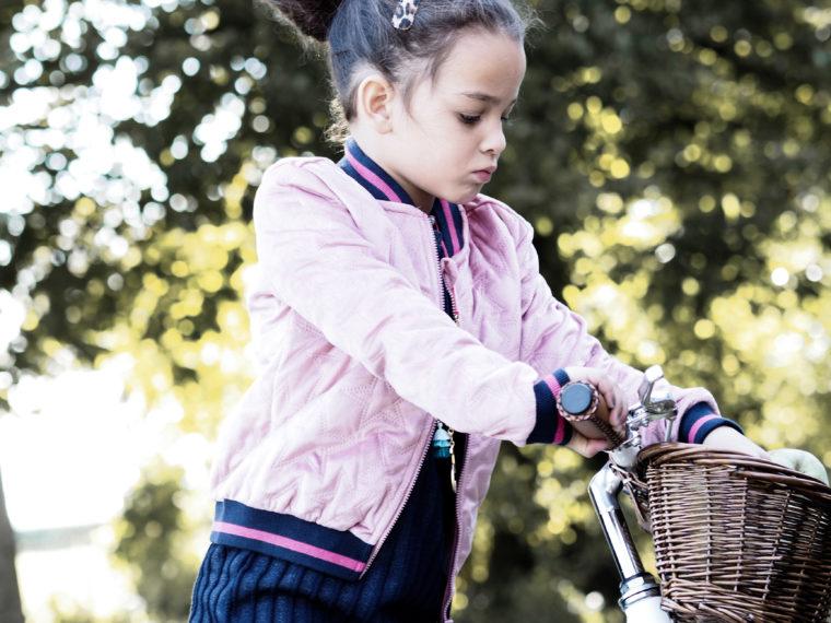 Olivia op de fiets met fietsmandje van Banwood bikes