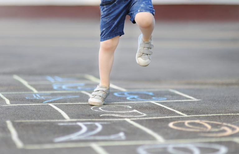 Kind op de hinkelbaan   motorisch leren