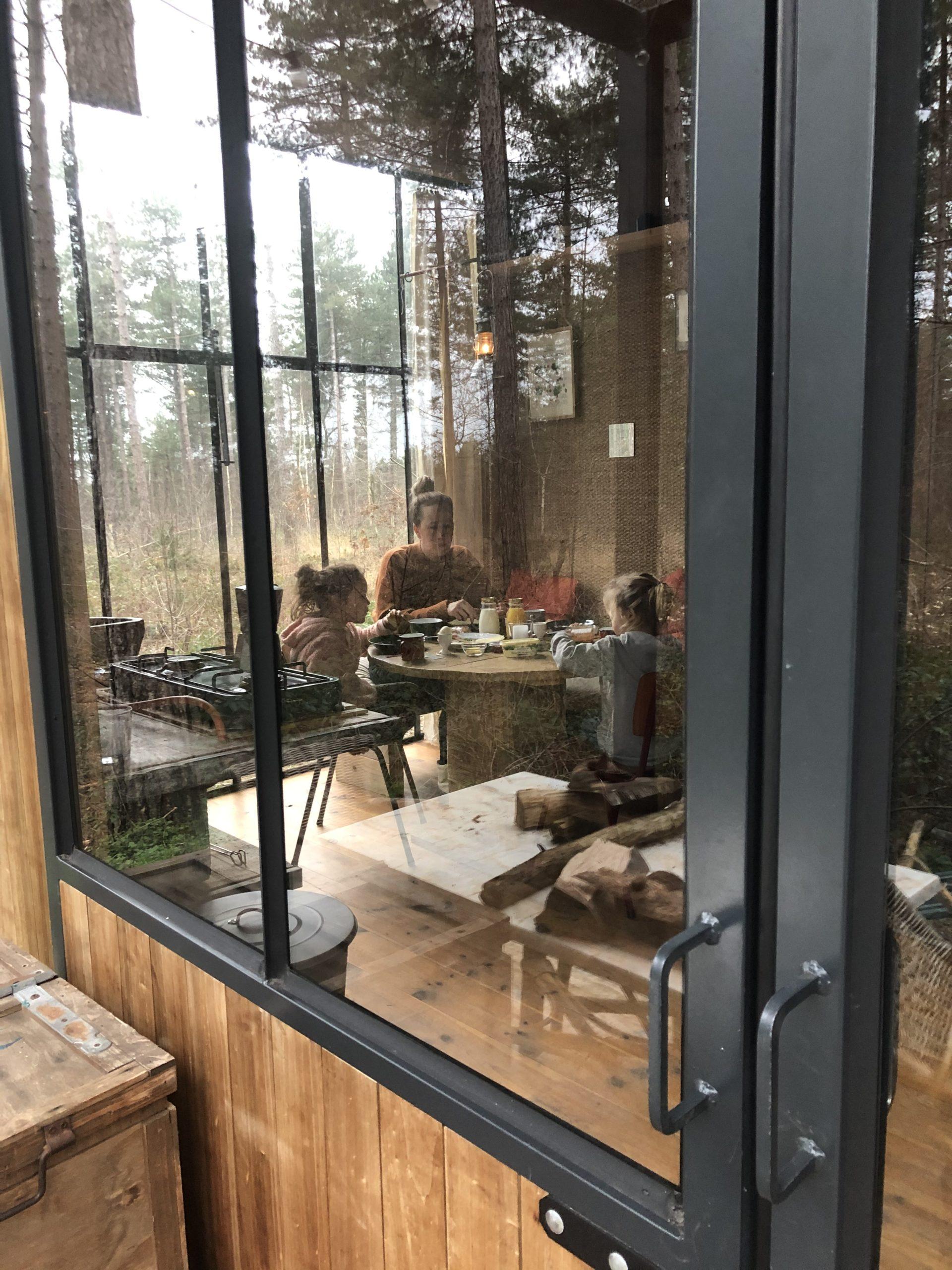 Wil jij een weekendje weg met kids? Dan is Warredal in Belgie een tip. Joene deelt haar review bij Kinderfavorites. Mooie natuur en accomodatie.