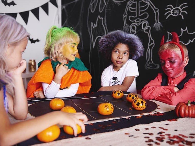 Vandaag delen we de leuskte griezelige activiteiten en snacks voor Halloween. Allemaal leuk en makkelijk om te doen en te maken.
