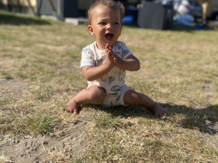 Recreatiepark De Achterste Hoef | Kindercamping. Liam zit voor de safaritent