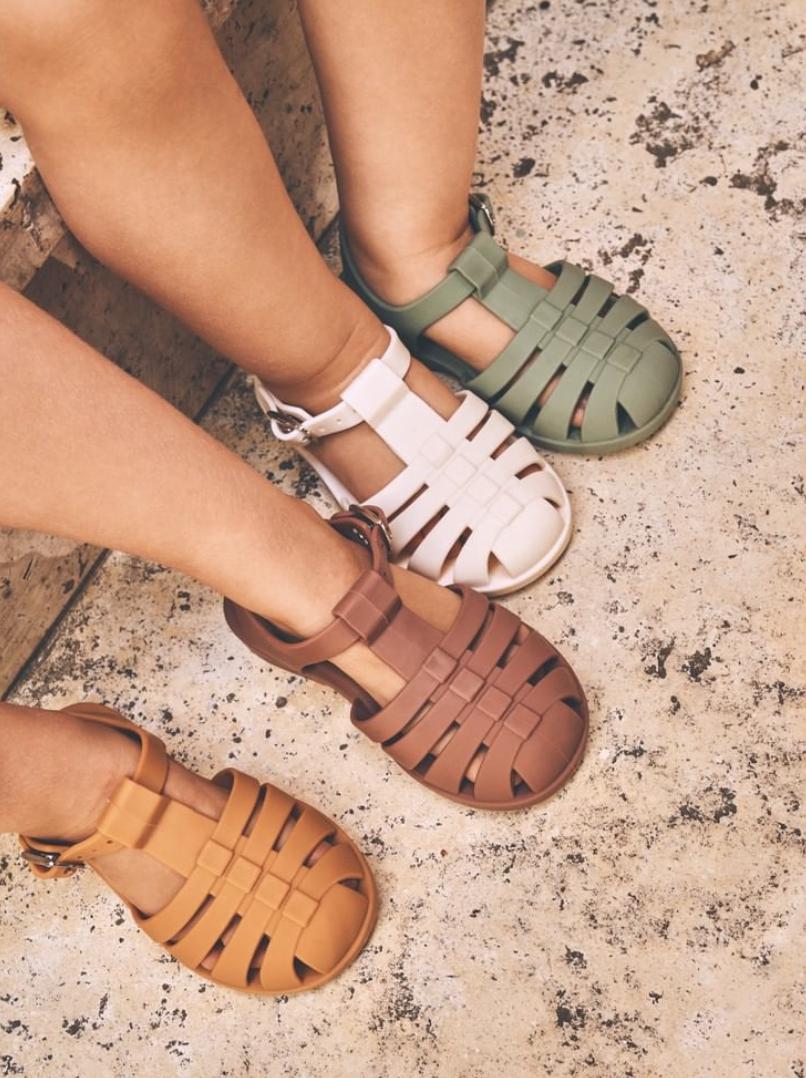 Wellicht nog wat vroeg om over na te denken. Toch vinden wij ze zo gaaf en daarom delen we deze sandalen nu al vol enthousiasme.