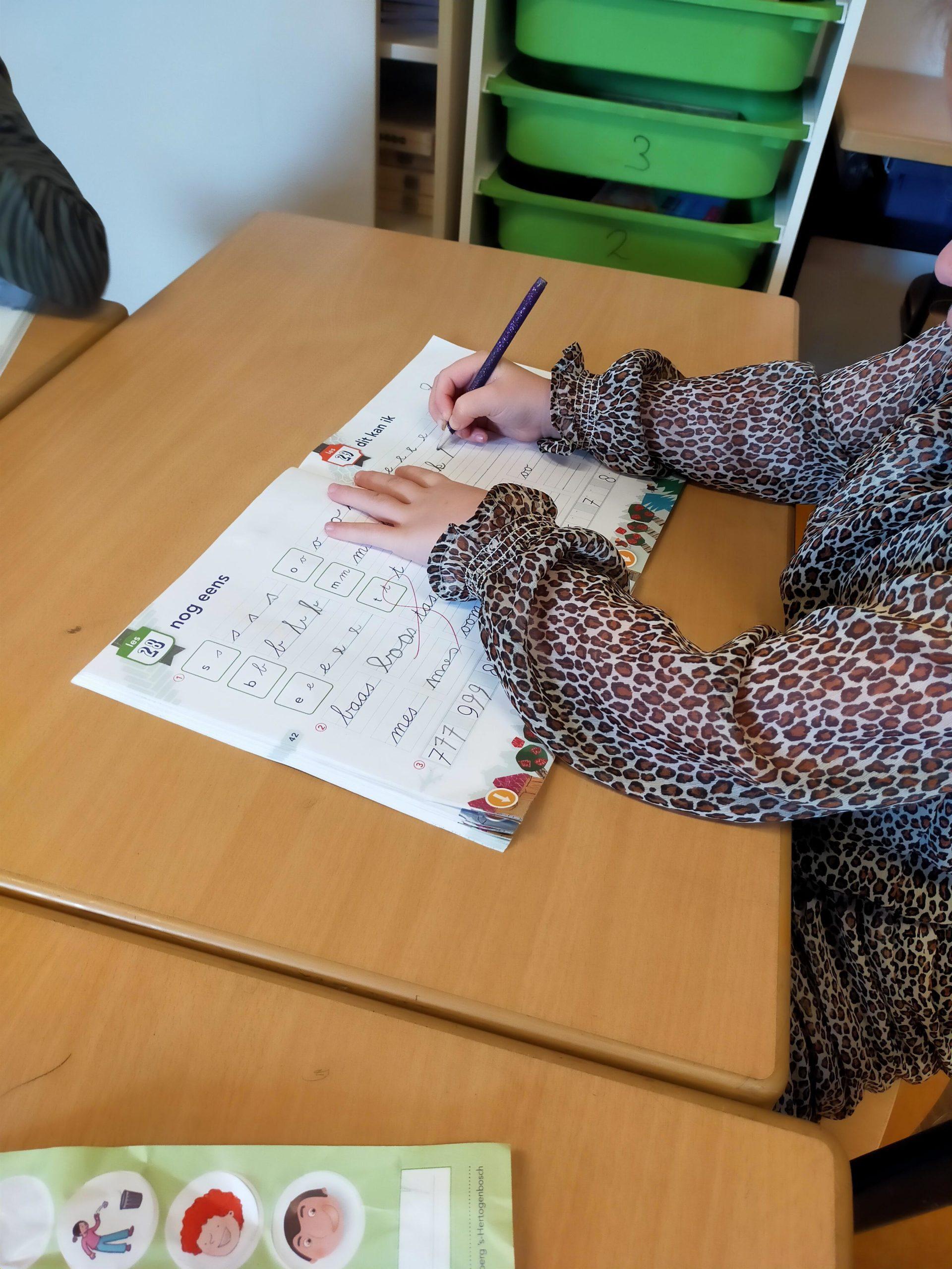 Dit meisje leert schrijven in groep 3. Wij delen schrijftips om de schrijfontwikkeling te stimuleren