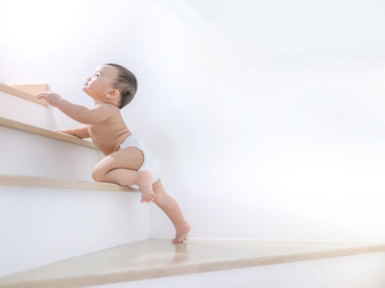 Welk traphekje is het beste? Hier klimt een baby op de trap